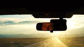 Ένας νεαρός άνδρας οδηγεί ένα αυτοκίνητο απόθεμα βίντεο