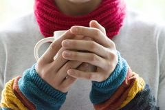 Ένας νεαρός άνδρας που κρατά ένα φλυτζάνι του τσαγιού και του λεμονιού Κρύο, κρύο, ασθένεια στοκ εικόνες