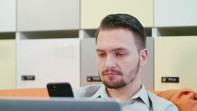 Ένας νεαρός άνδρας που μιλά στον κινητό στο εσωτερικό στοκ φωτογραφία με δικαίωμα ελεύθερης χρήσης