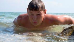 Ένας νεαρός άνδρας προκύπτει από το θαλάσσιο νερό στοκ φωτογραφία με δικαίωμα ελεύθερης χρήσης