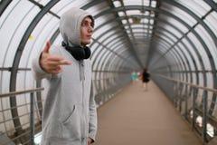 Ένας νεαρός άνδρας σε ένα χιπ-χοπ hoodie στοκ εικόνα με δικαίωμα ελεύθερης χρήσης
