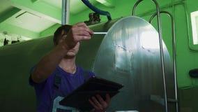 Ένας νεαρός άνδρας σε ομοιόμορφο κάνει τις μετρήσεις του αέρα απόθεμα βίντεο