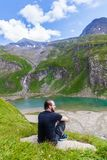 Ένας νεαρός άνδρας στην αλπική λίμνη στοκ εικόνα με δικαίωμα ελεύθερης χρήσης