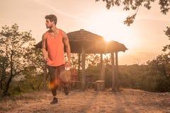 Ένας νεαρός άνδρας, τρέξιμο, δρομέας, αθλητικά ενδύματα, υπαίθρια ηλιόλουστη DA Στοκ εικόνα με δικαίωμα ελεύθερης χρήσης