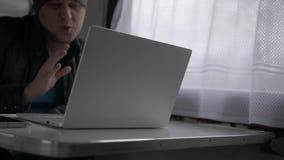 Ένας νεαρός άνδρας επικοινωνεί από την τηλεοπτική κλήση στο τραίνο απόθεμα βίντεο