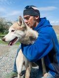 Ένας νεαρός άνδρας και ένα σκυλί στοκ φωτογραφία