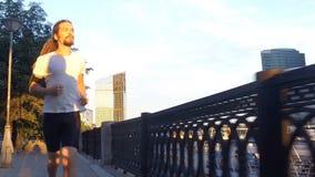 Ένας νεαρός άνδρας τρέχει φιλμ μικρού μήκους