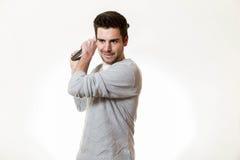 Ένας νεαρός άνδρας χρησιμοποιεί το lap-top του ως δεσμό μπέιζ-μπώλ στοκ εικόνες