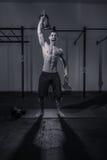Ένας νεαρός άνδρας bodybuilder, κουδούνι κατσαρολών Στοκ φωτογραφία με δικαίωμα ελεύθερης χρήσης