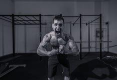 Ένας νεαρός άνδρας, bodybuilder να φωνάξει κραυγής επικεφαλής κινηματογράφηση σε πρώτο πλάνο προσώπου Στοκ Φωτογραφία