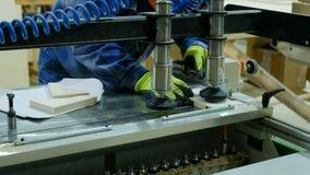 Ένας ξυλουργός σε ένα εργοστάσιο επίπλων θα κάνει τις τρύπες σε μια σύγχρονη μηχανή διατρήσεων απόθεμα βίντεο