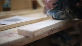 Ένας ξυλουργός γυαλίζει ένα κομμάτι του ξύλου απόθεμα βίντεο