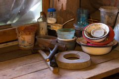 Ένας ξύλινος πίνακας σε μια αγροτική σιταποθήκη όπου τα εργαλεία είναι ακονόλιθος, τράπεζες και καρφιά σφυριών Στοκ εικόνα με δικαίωμα ελεύθερης χρήσης
