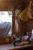 Ένας ξύλινος πίνακας σε μια αγροτική σιταποθήκη όπου τα εργαλεία είναι ακονόλιθος, τράπεζες και καρφιά σφυριών Στοκ Εικόνα