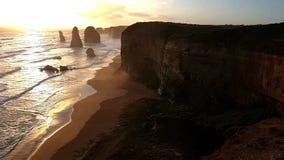 Ένας ογκώδης απότομος βράχος και το ηλιοβασίλεμα στους διάσημους δώδεκα αποστόλους στο μεγάλο ωκεάνιο δρόμο στην Αυστραλία απόθεμα βίντεο