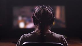 Ένας οικείος κινηματογράφος είναι στη μεγάλη οθόνη, ένας τύπος με τους μακροχρόνιους, μαύρους περιπάτους τρίχας στο πλαίσιο, βάζε απόθεμα βίντεο