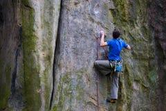Ένας ορειβάτης βράχου αναρριχείται επάνω στο βουνό Στοκ Φωτογραφία