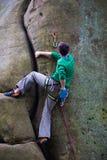 Ένας ορειβάτης βράχου αναρριχείται επάνω στο βουνό Στοκ φωτογραφία με δικαίωμα ελεύθερης χρήσης