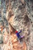 Ένας ορειβάτης βράχου σε έναν βράχο στοκ εικόνες με δικαίωμα ελεύθερης χρήσης