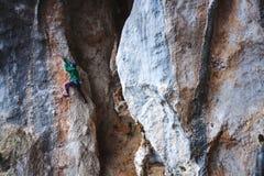 Ένας ορειβάτης βράχου σε έναν βράχο στοκ εικόνα με δικαίωμα ελεύθερης χρήσης