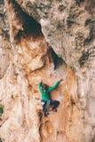 Ένας ορειβάτης βράχου σε έναν βράχο στοκ εικόνα