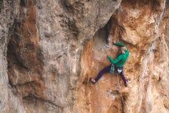 Ένας ορειβάτης βράχου σε έναν βράχο στοκ φωτογραφία με δικαίωμα ελεύθερης χρήσης