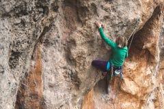 Ένας ορειβάτης βράχου σε έναν βράχο στοκ φωτογραφία