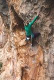 Ένας ορειβάτης βράχου σε έναν βράχο στοκ εικόνες