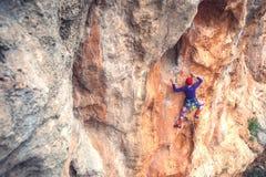Ένας ορειβάτης βράχου σε έναν βράχο στοκ φωτογραφίες