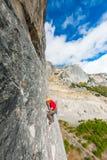 Ένας ορειβάτης βράχου σε ένα καπέλο σε έναν βράχο Στοκ φωτογραφία με δικαίωμα ελεύθερης χρήσης