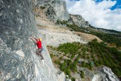 Ένας ορειβάτης βράχου σε ένα καπέλο σε έναν βράχο Στοκ φωτογραφίες με δικαίωμα ελεύθερης χρήσης