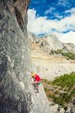 Ένας ορειβάτης βράχου σε ένα καπέλο σε έναν βράχο Στοκ Φωτογραφίες