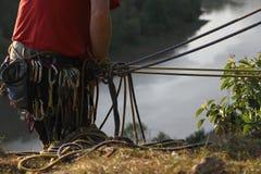 Ένας ορειβάτης με το λουρί εξοπλισμού, τα σχοινιά, Carabiners, κ.λπ. Στοκ εικόνα με δικαίωμα ελεύθερης χρήσης
