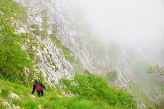 Ένας ορειβάτης, backpacker, κατεβαίνει στο φαράγγι Στοκ Εικόνα