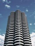 Ένας ουρανοξύστης σε Katowice πυροβόλησε από το έδαφος σε ένα ουρανός-μπλε υπόβαθρο στοκ εικόνα με δικαίωμα ελεύθερης χρήσης