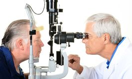 Ένας οφθαλμολόγος και ένας ασθενής με έναν λαμπτήρα σχισμών στοκ φωτογραφίες