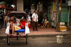 Ένας οδηγός δίτροχων χειραμαξών Yogyakarta, Ινδονησία στοκ εικόνες
