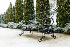 Ένας πάγκος πάρκων που καλύπτεται με το χιόνι Χιόνι, όμορφο χιόνι, συμπαθητικός καιρός Στοκ εικόνες με δικαίωμα ελεύθερης χρήσης