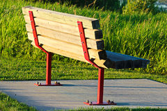 Ένας πάγκος πάρκων σε μια συγκεκριμένη βάση Στοκ φωτογραφίες με δικαίωμα ελεύθερης χρήσης
