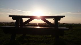 Ένας πάγκος που αγνοεί το ηλιοβασίλεμα Στοκ φωτογραφία με δικαίωμα ελεύθερης χρήσης