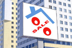 Ένας πίνακας διαφημίσεων που διαφημίζει την πώληση της ακίνητης περιουσίας Στοκ Φωτογραφίες