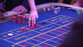 Ένας πίνακας με μια ρουλέτα σε μια χαρτοπαικτική λέσχη Ο κρουπιέρης δίνει έξω ένα βραβείο Παιχνίδι για τα χρήματα Οι άνθρωποι κάν απόθεμα βίντεο