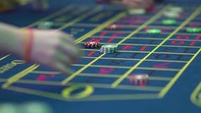 Ένας πίνακας με μια ρουλέτα σε μια χαρτοπαικτική λέσχη Ο κρουπιέρης δίνει έξω ένα βραβείο Παιχνίδι για τα χρήματα Οι άνθρωποι κάν φιλμ μικρού μήκους