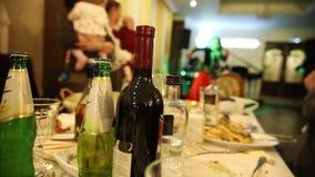 Ένας πίνακας με τα τρόφιμα και ποτά σε το Μια γυναίκα που χορεύει στο υπόβαθρο απόθεμα βίντεο