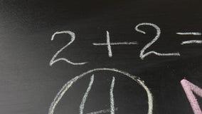 Ένας πίνακας με το μαθηματικό παράδειγμα για τα παιδιά Πίσω στη σχολική έννοια απόθεμα βίντεο