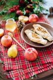 Ένας πίνακας με το φθινόπωρο εύγευστο Πίτα της Apple με το μέλι Στοκ Εικόνα