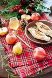 Ένας πίνακας με το φθινόπωρο εύγευστο Πίτα της Apple με το μέλι Στοκ φωτογραφία με δικαίωμα ελεύθερης χρήσης