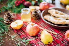 Ένας πίνακας με το φθινόπωρο εύγευστο Πίτα της Apple με το μέλι Στοκ Φωτογραφία