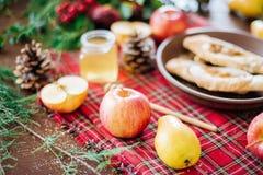 Ένας πίνακας με το φθινόπωρο εύγευστο Πίτα της Apple με το μέλι Στοκ Εικόνες