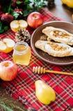 Ένας πίνακας με το φθινόπωρο εύγευστο Πίτα της Apple με το μέλι Στοκ φωτογραφίες με δικαίωμα ελεύθερης χρήσης